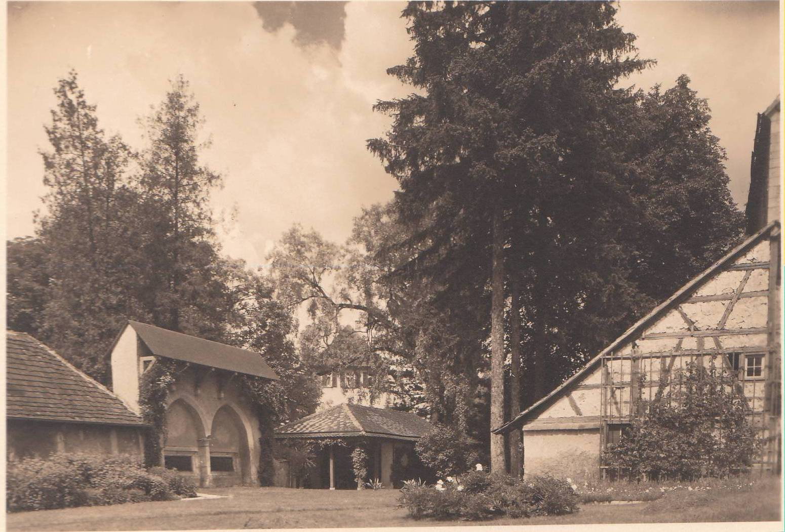 Klostergarten mit Sprechgitter und Waschhaus