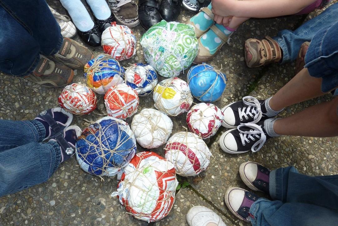 Selbst gebastelte Bälle aus Recyclingmaterial