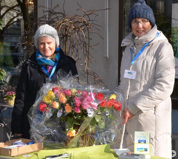 Fairtrade-Rosenverkauf am Weltfrauentag