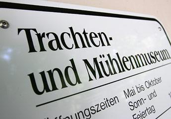 Schild mit Aufschrift Trachten- und Mühlenmueum