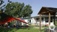 Kindergarten mit Kindern am Sandkasten