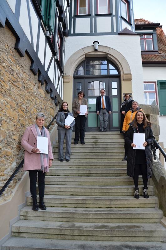 Bild der Jubilare und Ausgeschiedenen des Jahres 2020 auf der Treppe des Rathauses 2.pdf