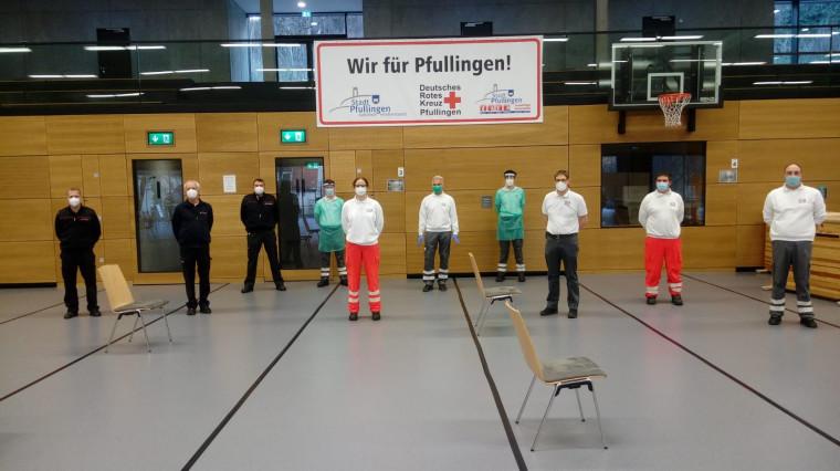 Die Testmannschaft des Deutschen Roten Kreuzes und der Freiwilligen Feuerwehr im Testzentrum Schönberghalle