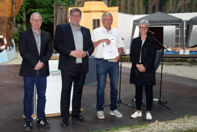 Preisverleihung für die Pfullinger Schönberghalle (von rechts): Carmen Mundorff, Werner Eichinger, Landrat Dr. Ulrich Fiedler und Christopher Schenk