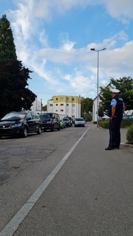 Der Gemeindevollzugsbeamte Horst Mayer regelt zum Schulanfang den Verkehr bei der Schlossschule