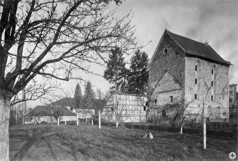 Das Klosterareal um 1910. Die erst Ende der 1970er Jahre grundlegend restaurierte Klosterkirche gehört neben dem Sprechgitter zu den wenigen baulichen Relikten des Pfullinger Klarissenklosters (Foto: Albert Burgemeister)
