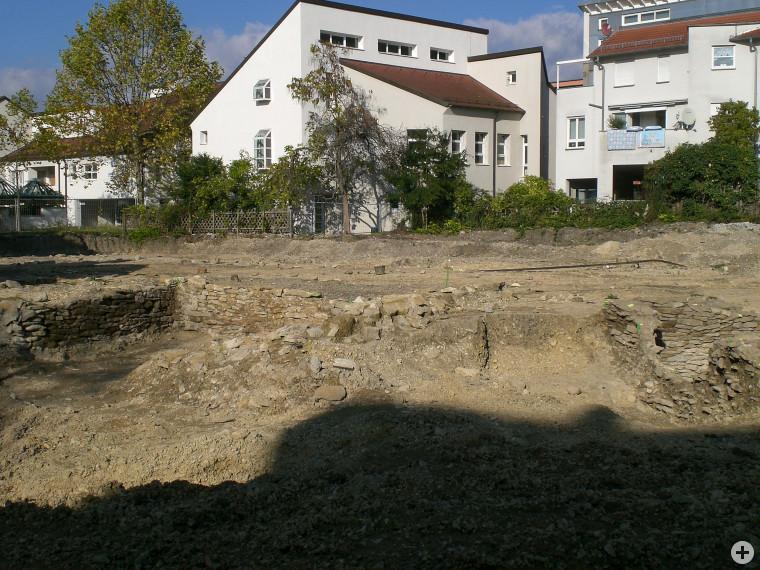 Freigelegte Mauerreste auf dem Bauareal des künftigen Dienstleistungs- und Einkaufszentrums (DEZ) im Oktober 2014 (Foto: S. Spiller)
