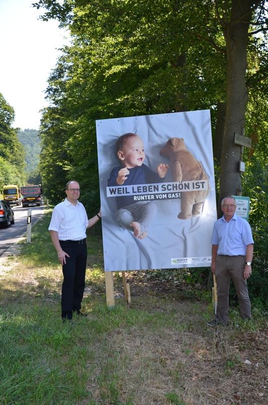 Bürgermeister Schrenk und Ordnungsamtsleiter Wolf präsentieren ein neues Hinweisschild an der Stuhlsteige