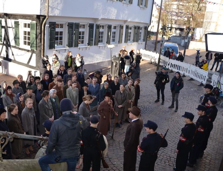 Filmaufnahmen zur SWR-Doku Unbekannte Helden - Widerstand im Südwesten vor dem Pfullinger Rathaus II.jpg